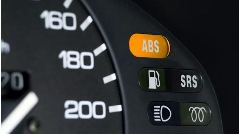 ABS sistemi, ani duruşlarda tekerleklerin kilitlenmesini ve kaymasını önler.