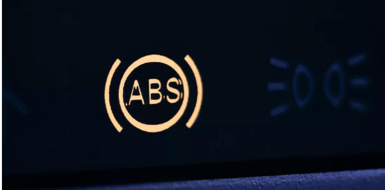 Yanan bir ABS uyarı ışığı, kilitlenmeyen fren sisteminin bir hata nedeniyle devre dışı bırakıldığı anlamına gelir.